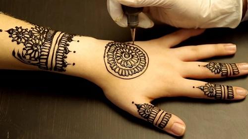 Hình xăm henna trở thành một xu hướng làm đẹpđược đông đảo chị em yêu thích, đặc biệt là các bạn trẻ.