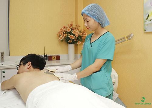 Ánh sáng tia laser giúp tẩy sạch các vết xăm cũng như sửa chữa các khiếm khuyết của các đường xăm hỏng.