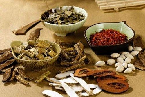 Tỳ bà thanh phế ấm gia giảm là bài thuốc trị mụn trứng cá do phế nhiệt (xuất hiện chủ yếu ở má và trán)
