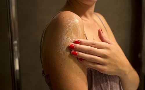 Dưỡng ẩm cho da thường xuyên từ các mỹ phẩm an toàn có chiết xuất từ thiên nhiên.