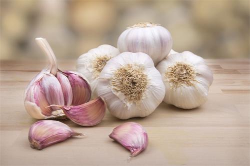 Tỏi có chứa hàm lượng vitamin B1, B2, E cao cùng với các chất chống oxy hóa giúp loại bỏ mực xăm tối ưu.