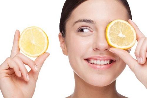 Kết hợp nước chanh với muối sẽ giúp quá trình làm mờ lông mày diễn ra nhanh hơn.