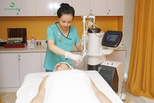 Khách hàng đang trải nghiệm dịch vụ trị mụn cóc bằng công nghệ Laser CO2