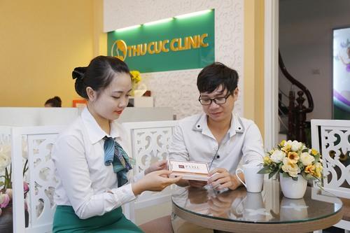 Sau khi kết thúc, vùng da xóa xăm được thoa kem dưỡng ẩm để da mềm mịn, chuyên viên cũng kết hợp hướng dẫn khách hàng cách chăm sóc tại nhà phù hợp.