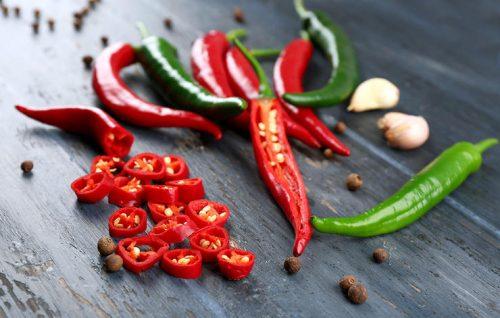 Thực phẩm cay như ớt, hạt tiêu, tỏi sẽ làm da mặt ủng nỏ, nóng gan và nổi mụn