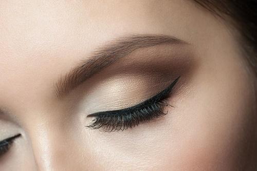Bạn nên áp dụng xóa xăm lông mày bằng công nghệ cao tại các cơ sở làm đẹp uy tín và được cấp giấy phép.