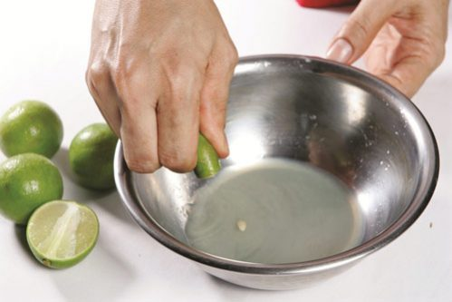 Vắt lấy nước cốt chanh rồi dùng để thoa trực tiếp lên các nốt mụn