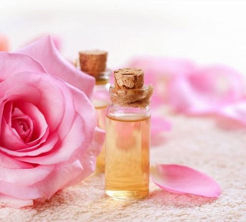 Nước hoa hồng sẽ loại bỏ sạch tạp chất còn sót lại trong lỗ chân lông, cân bằng lại điộ pH và giúp làn da trở nên săn chắc hơn, kiểm soát da tiết bã nhờn.
