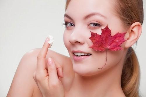 Thoa kem dưỡng để cung cấp độ ẩm, giúp da luôn mềm mại, mịn màng và tràn đầy sức sống.