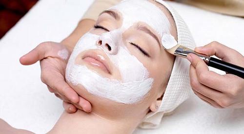 Bạn nên đắp mặt nạ ít nhất một lần/tuần để hút chất bẩn, bã nhờn, cung cấp dưỡng chất, thu nhỏ lỗ chân lông giúp làn da láng mịn hơn.