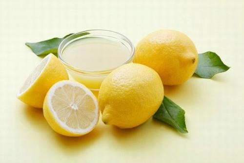 Thành phần trong chanh có chứa axit nên sẽ giúp loại bỏ da chết nhẹ nhàng.