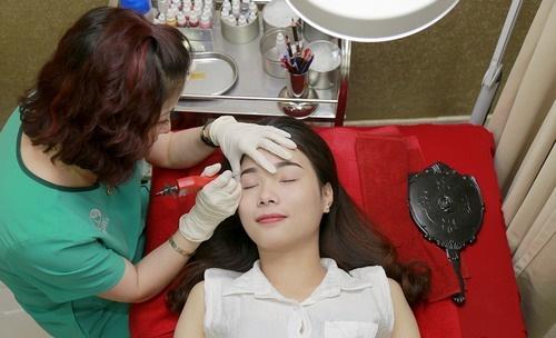 Thu Cúc Clinics đang ứng dụng phương pháp xóa xăm lông mày bằng công nghệ Laser YAG.