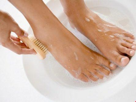Vệ sinh vùng da thật sạch sau trị mụn cóc bằng nguyên liệu tự nhiên