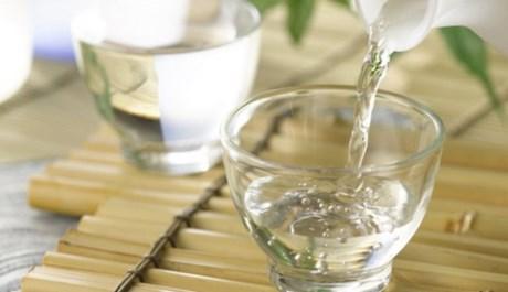 Rượu trắng có tác dụng sát khuẩn, hỗ trợ điều trị mụn