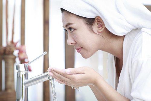 Vệ sinh da mặt thật sạch sau thực hiện cách trị mụn bằng rượu gạo