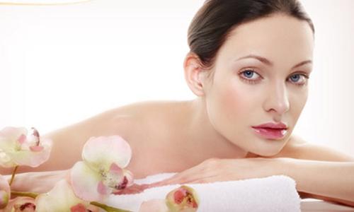 Tự chăm sóc da tại nhà bằng cách rửa mặt, tẩy trang, thoa kem dưỡng ẩm