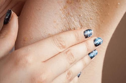 Nhổ lông nách bằng nhíp sẽ khiến những lỗ chân lông bị giãn nở gây nên tình trạng đổ mồ hôi.