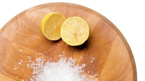 Cách xóa hình xăm thủ công bằng chanh và muối được rất nhiều người áp dụng thực hiện.