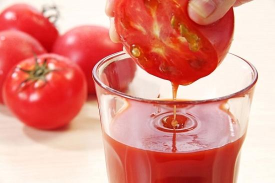 Cà chua có chứa nhiều thành phần dưỡng chất có tác dụng giúp tẩy lông nách và giảm mùi hôi hiệu quả.