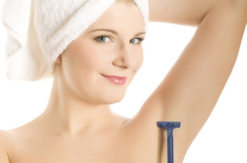 Vùng da dưới cánh tay rậm lông nếu không loại bỏ sẽ là môi trường vi khuẩn tấn công gây mùi hôi khó chịu.