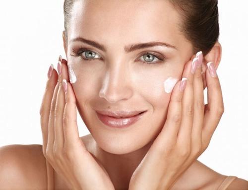 """Kem dưỡng da chứa thành phần chính là vitamin, khoáng chất... sẽ cải thiện sắc tố da, """"thổi bay"""" thâm nám, tái tạo bề mặt da, cân bằng độ ẩm và hạn chế tình trạng da khô sần."""