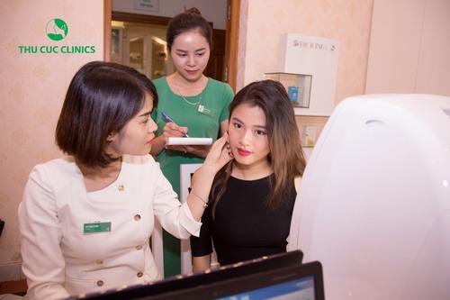 Tại Thu Cúc Clinics, trước khi tiến hành làm đẹp cho khách hàng, chuyên gia sẽ thăm khám hiện trạng thẩm mỹ và tư vấn gói chăm sóc da phù hợp.