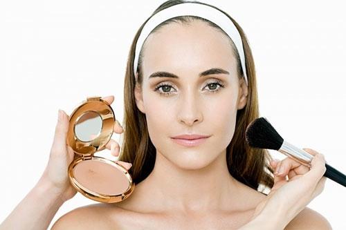 Trang điểm cho da nhạy cảm cần chú ý tới hạn sử dụng của mỹ phẩm và thành phần, nguồn gốc xuất xứ
