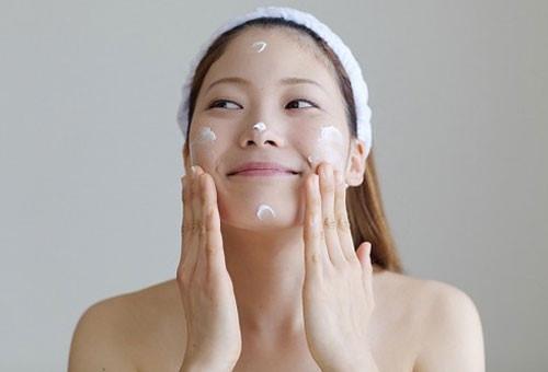 Dùng kem dưỡng chuyên dụng hoặc đắp mặt nạ tự nhiên 2 ngày mỗi lần.