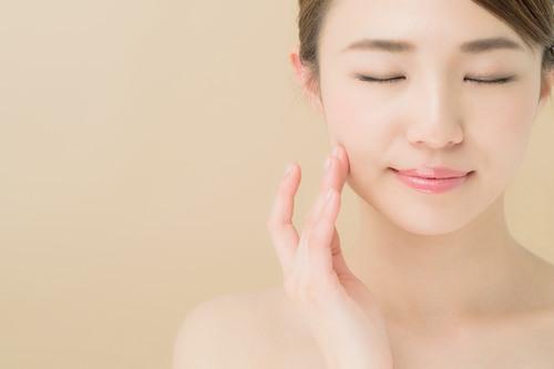 Công việc bận rộn và lơ là trong việc chăm sóc da sẽ khiến làn da dễ nổi mụn