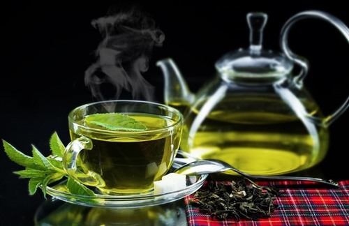 Uống trà xanh là cách đơn giản nhất để đánh thức, thanh lọc cơ thể và làn da sau 1 đêm dài nằm ngủ.