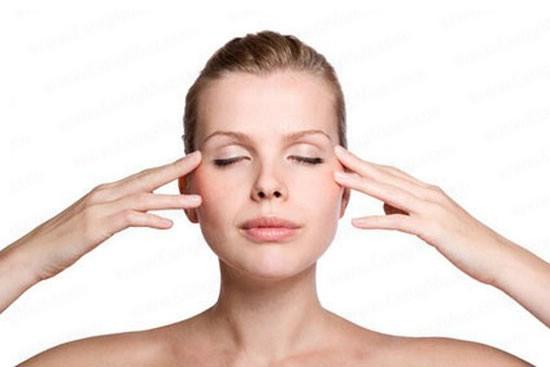 Da mắt vốn mỏng manh nên cần massage hàng ngày để tránh thâm quầng hiệu quả