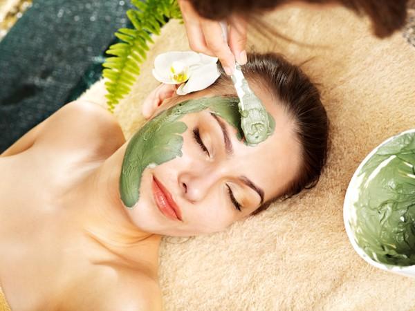 Đắp mặt nạ cũng là biện pháp tăng cường dưỡng chất, giúp hỗ trợ trị mụn và làm da sáng khỏe, mịn màng tại nhà hiệu quả