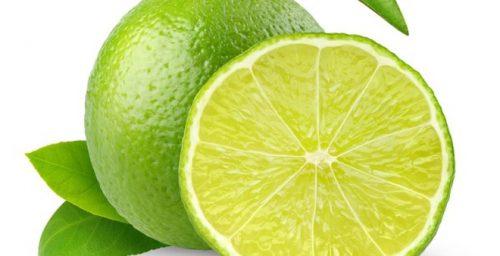 Chanh chứa nhiều vitamin C và các axit giúp sát khuẩn, làm sáng mịn da