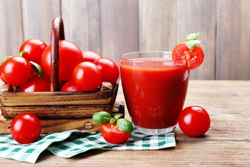 Cà chua chứa hàm lượng cao vitamin PP sẽ điều hòa dịch vụ, hình thành huyết cầu trong máu và từ đó giúp làn da hồng hào, khỏe mạnh từ bên trong.
