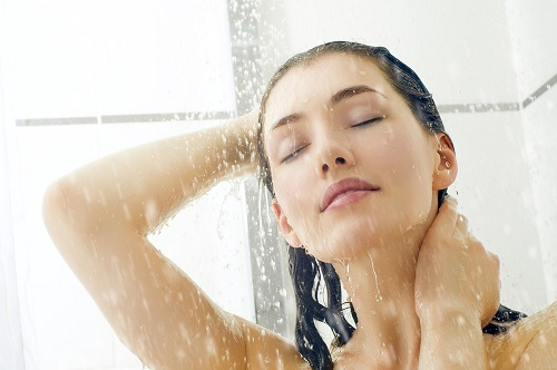 Hạn chế sử dụng nước nóng vì dễ khiến các lỗ chân lông vị giãn nở. tạo điều kiện vi khuẩn tấn công.