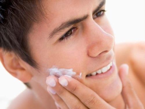 Bôi kem cũng là cách trị mụn hiệu quả. Tuy nhiên, nam giới cần liên hệ bác sĩ để được tư vấn cho sản phẩm phù hợp