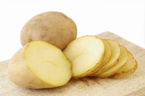 Một liệu pháp đơn giản bạn có thể thực hiện để xóa bọng mắt là cắt dưa chuột hoặc khoai tây sống thành lát mỏng đắp trực tiếp lên vùng mắt.