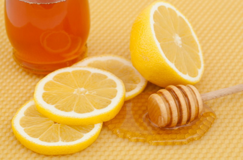 Mật ong cung cấp dưỡng chất giúp da sát khuẩn nếu được kết hợp với chanh cũng sẽ là cách trị mụn hiệu quả