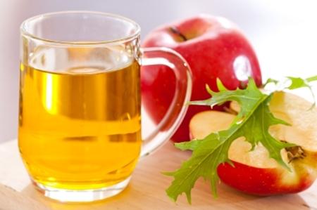 Giấm táo ngoài khả năng sát khuẩn còn hỗ trợ tẩy tế bào da chết và là cách trị mụn cơm hiệu quả nhưng các chị em nên tranh thủ thời gian để tự chế tại nhà