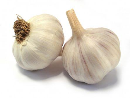 Tỏi chứa nhiều axit tự nhiên giúp loại bỏ các nốt mụn cơm cứng đầu hiệu quả và tiết kiệm tại nhà