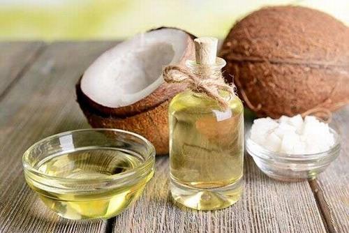 Thay vì sử dụng kem chống nắng không rõ thành phần, nguồn gốc bạn hãy dùng dầu dừa thoa đều lên da để bảo vệ da khỏi tác động của ánh nắng mặt trời.