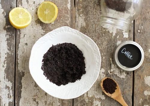 Ngay sau khi pha cà phê đừng vội bỏ phần bã đi, hãy giữ lại và kết hợp cùng với nước cốt chanh, mật ong để có được công thức trị mụn sau Tết siêu hiệu quả.