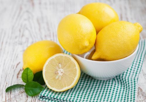 Chanh là nguyên liệu khá quen thuộc chứa hàm lượng lớn axit, vitamin có khả năng kháng khuẩn sẽ hỗ trợ trị mụn rất tốt.
