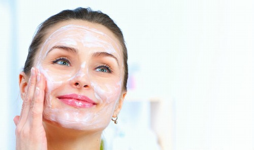 Sữa chua không đường khi bạn mua về hãy bôi 1 lớp mỏng lên da trong 20 phút rồi rửa sạch lại bằng nước ấm.