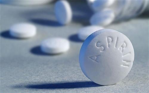 Aspirin có công dụng chính là chống viêm nên khả năng ngăn chặn sự phát triển của mụn nhọt cực kì tốt.