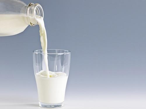 Sữa tươi chứa hàm lượng cao vitamin A, E, D và các dưỡng chất khác sẽ làm giảm kích ứng da, loại bỏ tế bào chết để da sáng mịn hơn.