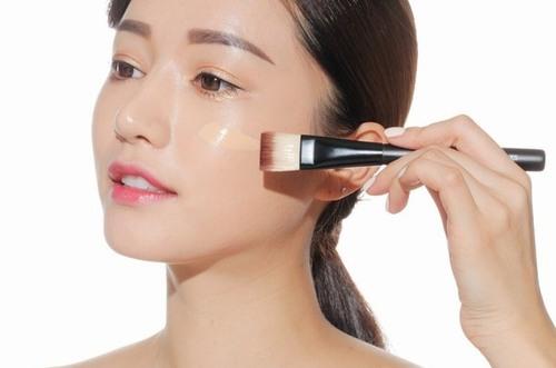 Sau những ngày Tết thường xuyên make-up, bạn hãy để cho da được nghỉ ngơi bằng cách tạm thời không trang điểm.