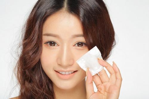 Để trị mụn bằng nước súc miệng bạn chỉ cần lấy tăm bông thấm nước, thoa lên vùng da bị mụn.