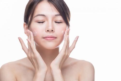 Hãy sử dụng sữa rửa mặt dịu nhẹ để làm sạch da, quá trình rửa mặt nên rửa theo chuyển động hình tròn, nhẹ nhàng xoa bóp má và vùng thái dương.