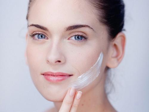 Dưỡng ẩm cho da bằng cách sử dụng kem dưỡng chuyên dụng, đắp mặt nạ... là điều cần thiết bạn phải làm mỗi ngày.